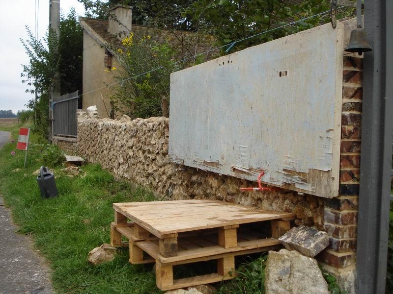 construction d'un mur en pierres et mortier de chaux | dans une