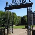 Une résidence d'été pour ce chateau du XVIIIème, accueil par les propriétaires, pour une visite du parc par une belle journée d'été, une longue allée de peupliers où les feuilles...
